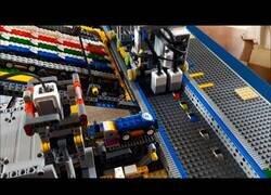 Enlace a Una fábrica de coches construída con piezas de Lego
