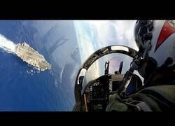 Enlace a Así se ve el aterrizaje de un avioneta en un portaviones desde dentro