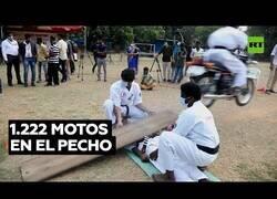 Enlace a Un maestro karateka aguanta el paso de 1.222 motos por su pecho
