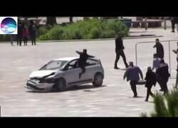 Enlace a Detiene a un conductor peligroso con una patada voladora