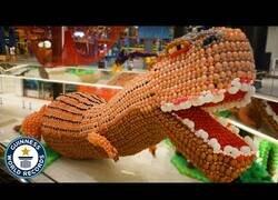 Enlace a El dinosaurio hecho de globos más grande del mundo
