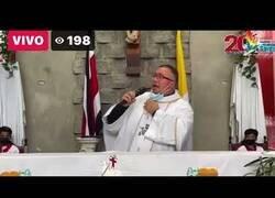 Enlace a Un sacerdote hondureño recomienda el uso de la mascarilla a ritmo de 'Sopa de Caracol'