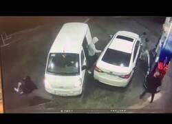 Enlace a Rocía con gasolina a sus asaltantes para evitar que le roben