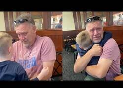Enlace a Un nieto sorprende a su abuelo en un restaurante
