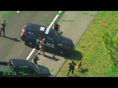 Huye con un coche patrulla y roba otro cuando consiguen detenerle