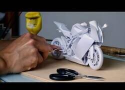 Enlace a Creando una moto KTM 1190 RC8 con papel y pegamento