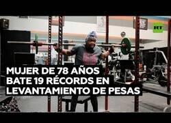 Enlace a Anciana de 78 años bate récords mundiales de levantamiento de pesas