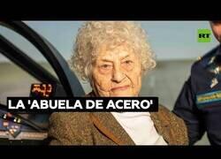 Enlace a La señora de 99 años que conduce tanques