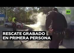 Enlace a Así es, en primera persona, el rescate de un hombre en un coche en llamas