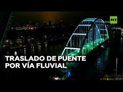 Transportan un puente a través de un río en Países Bajos