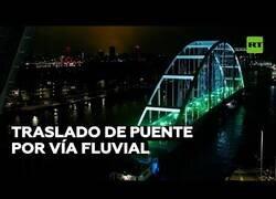 Enlace a Transportan un puente a través de un río en Países Bajos