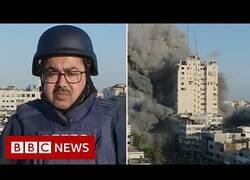 Enlace a Un edificio cae bombardeado durante una conexión en directo de la BBC