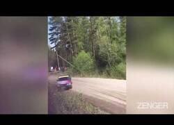 Enlace a Un coche de carreras casi impacta contra espectadores