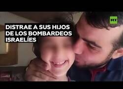 Enlace a Así distrae de los bombardeos un padre palestino a sus hijos