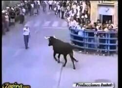 Enlace a Un hombre consigue calmar a un toro que quería envestirle