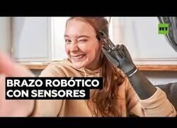 Enlace a Así es tener un brazo robótico con sensibilidad al tacto