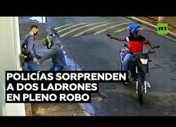 Enlace a Dos ladrones se encuentran a dos policías de cara en pleno robo