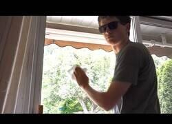Enlace a Músicos cuando limpian una ventana