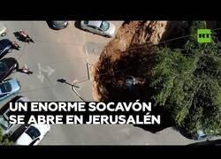 Enlace a Un socavón enorme 'engulle' varios coches en Jerusalén