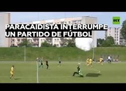 Enlace a Un paracaidista interrumpe en mitad de un partido de fútbol