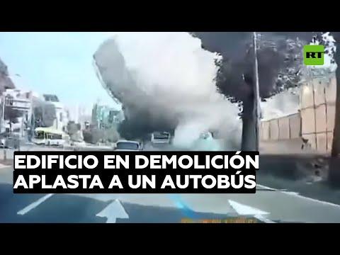 Un edificio en demolición aplasta un autobús