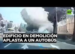 Enlace a Un edificio en demolición aplasta un autobús