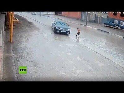Un coche esquiva por poco a un niño al que estaba a punto de atropellar