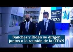 Enlace a El momento en el que Pedro Sánchez y Joe Biden se dirigen juntos a la reunión de la OTAN