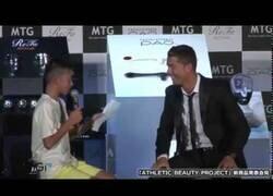 Enlace a Cristiano Ronaldo defiende a un chico japonés por intentar hablar portugués ante la risa de los presentes