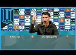 Enlace a El gesto de Cristiano Ronaldo con una marca de cola que ha hecho perder millones a la compañía