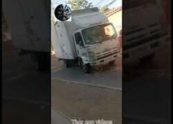 Enlace a Impactante pelea entre conductores de un camión y una furgoneta