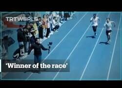 Enlace a Un hombre-cámara corre más deprisa que los propios participantes de la carrera que filma