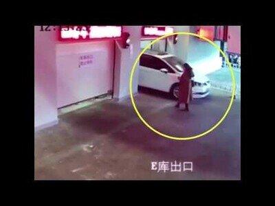 Una mujer acaba lesionada en un parking por ir distraída con el móvil