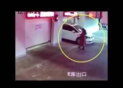 Enlace a Una mujer acaba lesionada en un parking por ir distraída con el móvil