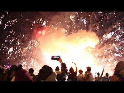 Un globo lleno de fuegos artificiales cae y explota sobre cientos de personas