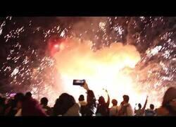 Enlace a Un globo lleno de fuegos artificiales cae y explota sobre cientos de personas