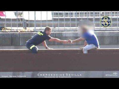Brillante actuación de un bombero en Sevilla para salvar a un hombre quería tirarse al vacío