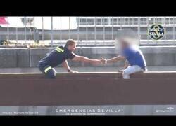 Enlace a Brillante actuación de un bombero en Sevilla para salvar a un hombre quería tirarse al vacío