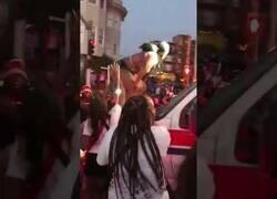 Enlace a Esto hicieron con una ambulancia que llegó a la celebraciones del Juneteenth, en Oakland, tras un tiroteo