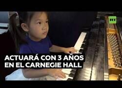 Enlace a La niña de 3 años que aprendió a tocar el piano durante la pandemia