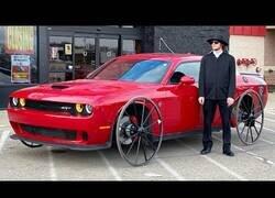 Enlace a Conduciendo un coche con ruedas de carruaje en lugar de neumáticos