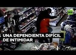 Enlace a Dependienta se defiende del ataque de un ladrón