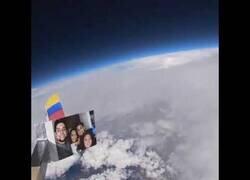 Enlace a Un colombiano pega una cámara a un globo y consigue grabar desde el espacio