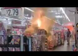Enlace a Jóvenes encienden fuegos artificiales dentro de un supermercado
