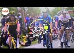 Enlace a Afcionada causa una caída masiva del pelotón del Tour por mostrar un cartel
