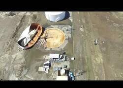 Enlace a Explota un tanque con 6 millones de litros de agua en California