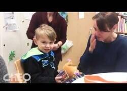 Enlace a El pequeño Dylan escucha a su madre por primera vez