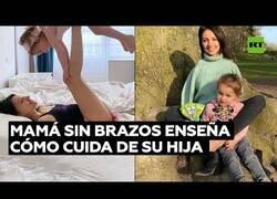 Enlace a Una madre sin brazos muestra como cría a su hija