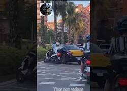 Enlace a Taxista arrolla a motorista en Barcelona y se da a la fuga