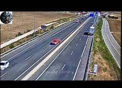 Enlace a Aparatoso accidente de tráfico que demuestra qué no se debe hacer